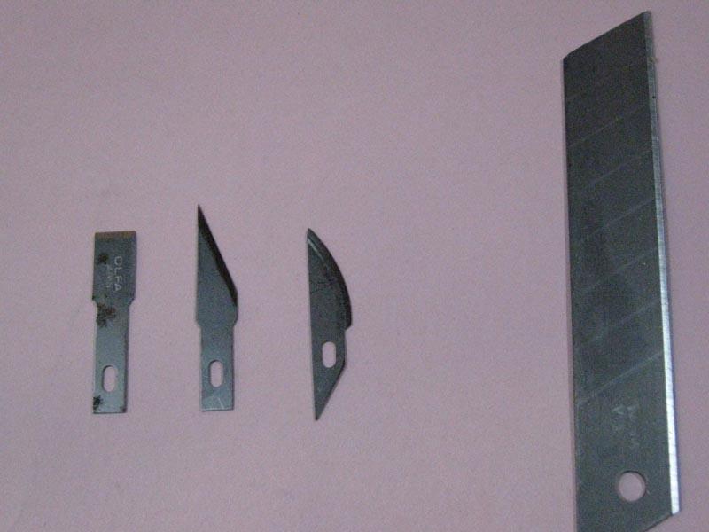替刃でふが、左側3種がデザイン・ナイフ用、右側が厚手のものでふ、左側から2番目の先端が尖ったやつゎ強度があまり強くないために、先端がすぐ折れてしまうので、